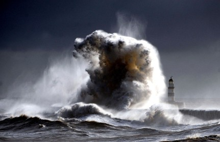 Tempestad-en-el-Faro-de-Seaham-Inglaterra